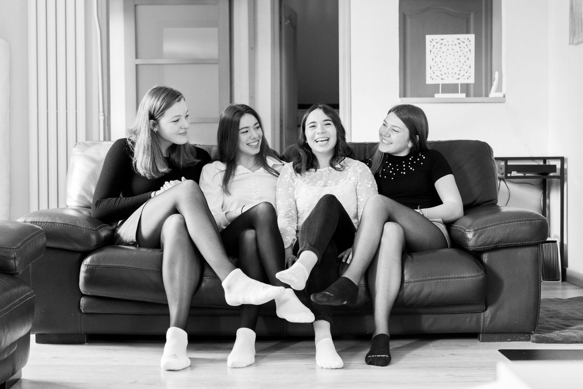 Priscilla Puzenat - Photographe professionnelle - Mariage et portrait - Un moment entre amis à la maison